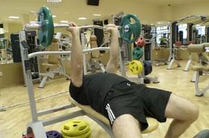 Изтласкване на щанга от лег с тесен хват / Close-Grip Bench Press