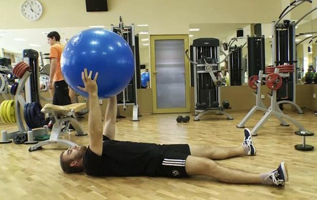 Вертикални повдигания с швейцарска топка от лег