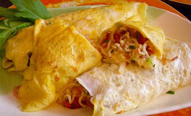 Бъркани яйца с пилешко варено и инстантни макарони