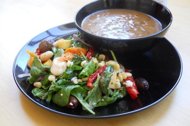 Спаначена супа със салата от соя, сладка царевица, маслини и маруля