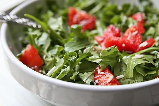 Зелена салата с домати, кашкавал и сусам