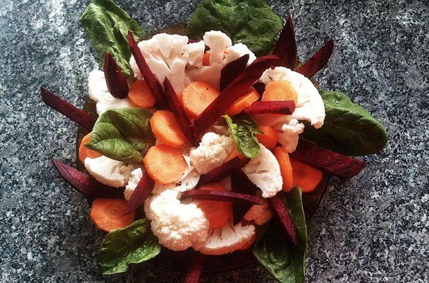 Свежа зимна салата с карфиол и червено цвекло