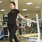 Двойно бицепсово разтягане от стоеж с опора зад гърба